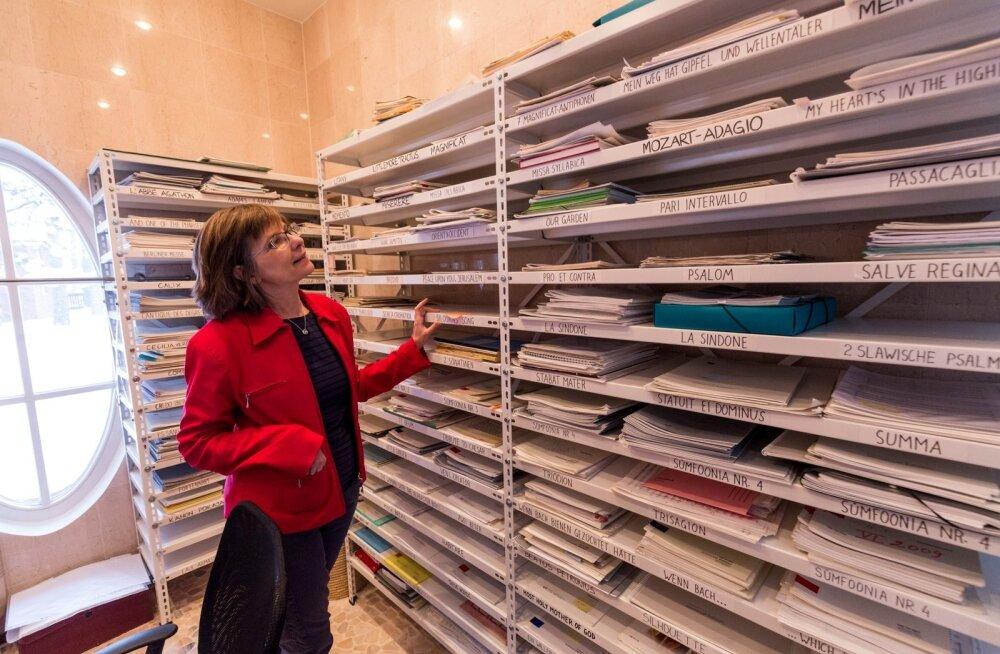 Toimivaid isikuarhiive on Eestis ainult kaks. Arvo Pärdi keskuse juhataja Anu Kivilo näitab riiuleid, kus on kõik alates helilooja meistriteoste algvisanditest kuni esimese kommertssalvestuseni.