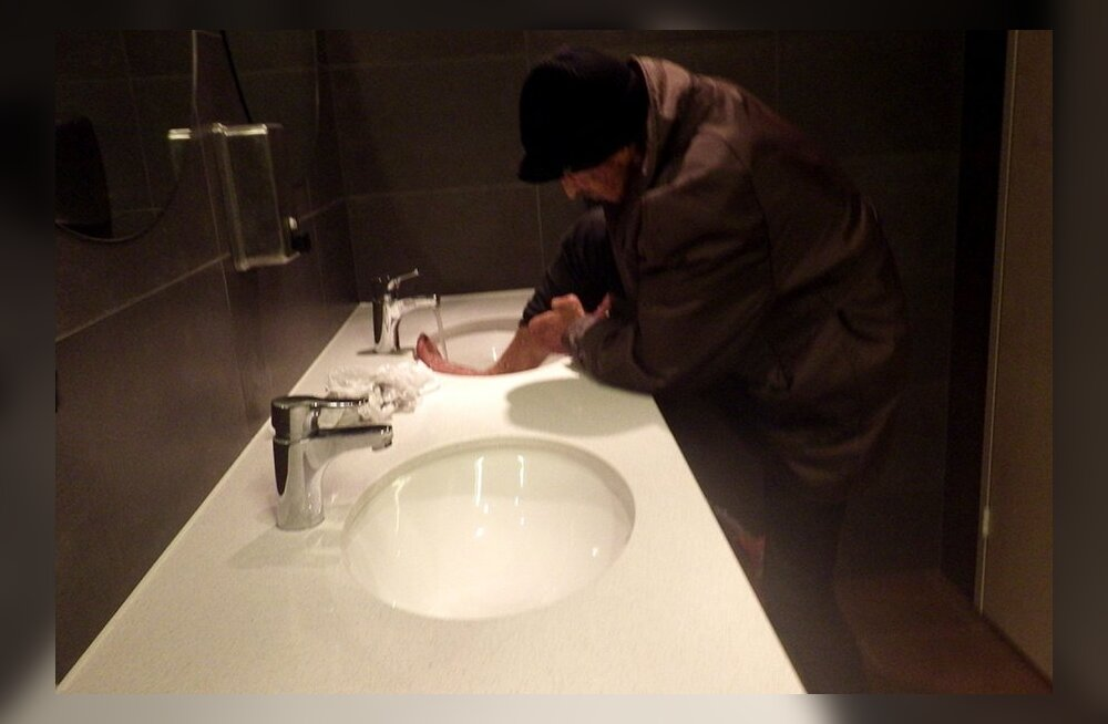 ШОКИРУЮШИЕ ФОТО: Бомж моет ноги и стирает носки в раковине туалета торгового центра