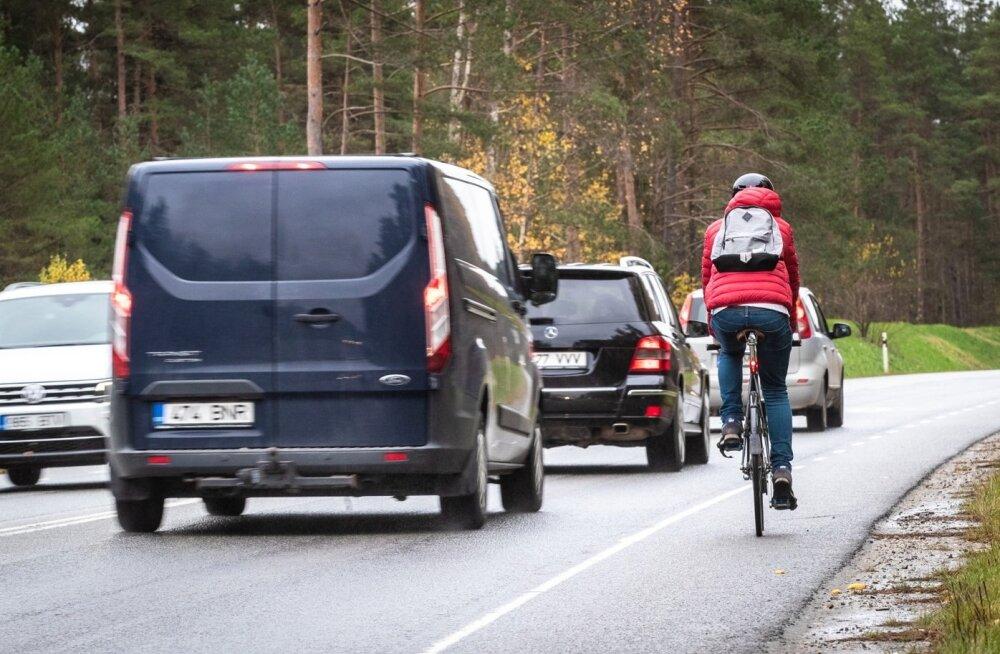 Praeguse liiklusseaduse järgi peavad autojuhid hoidma ratturist möödumisel ohutut külgvahet. Edaspidi oleks see 1,5 meetrit, mis tähendab, et möödasõit tuleb teha osaliselt vastassuunavööndis.