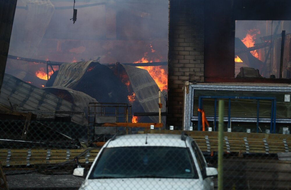 ФОТО DELFI: В Костивере горит деревообрабатывающий завод. Департамент: ситуация серьезная