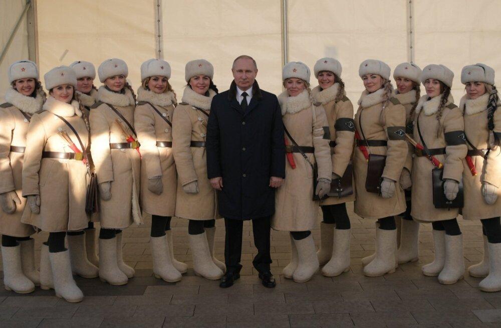 Nagu Bondi-filmis: Putin ja ajaloolises mundris naised tähistavad Stalingradi lahingu 75. aastapäeva.
