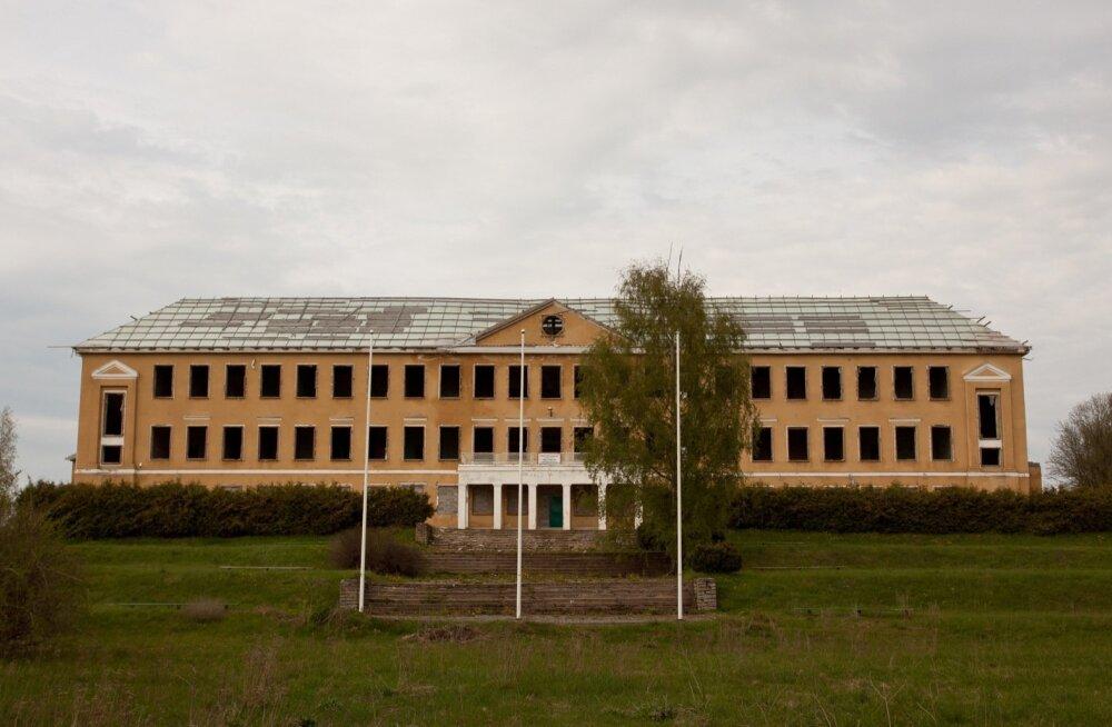 Vaeküla kooli hoonest jäi pärast untsu läinud ehitustöid järele ainult karp. Foto on tehtud 2012. aasta kevadel.