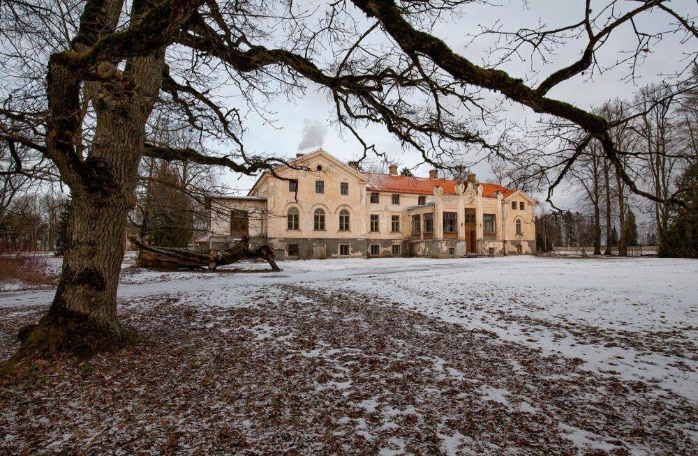 Arkna mõisa XIX sajandil püstitatud historitsistlik peahoone mõjub suursuguselt ka tänapäeval.