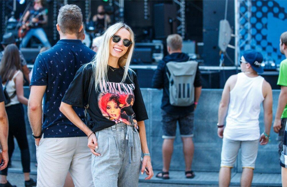 Lauljatar Liis Lemsalu nautis Positivust mugavas riietuses, seljas retrolik ülemõõduline T-särk. Kallima kapist näpatud särk tasub suvel eest sõlme siduda või pükstesse torgata, et sale piht peitu ei jääks. Tasub kanda sellise bändi särki, kelle talendi f