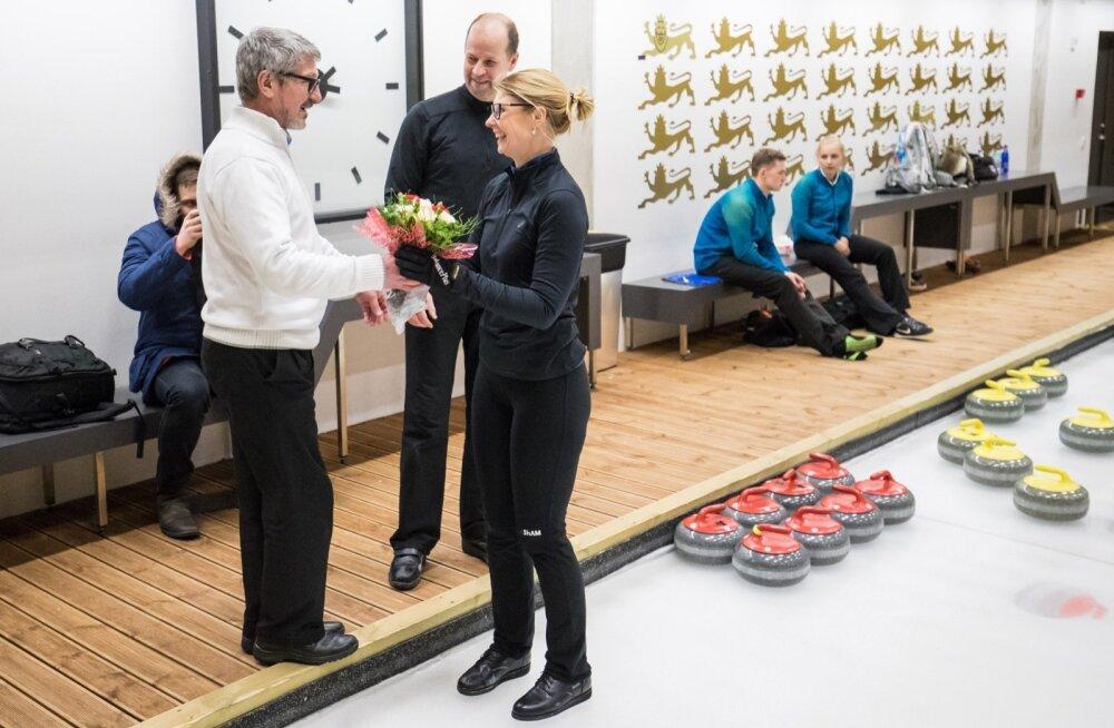 Timo Kauste ulatab Maile Mölderile pärast MM-pileti võitmist lillekimbu. Nüüd Kanadas saab soomlasest treener olla Eesti paarile ainult moraalseks toeks.