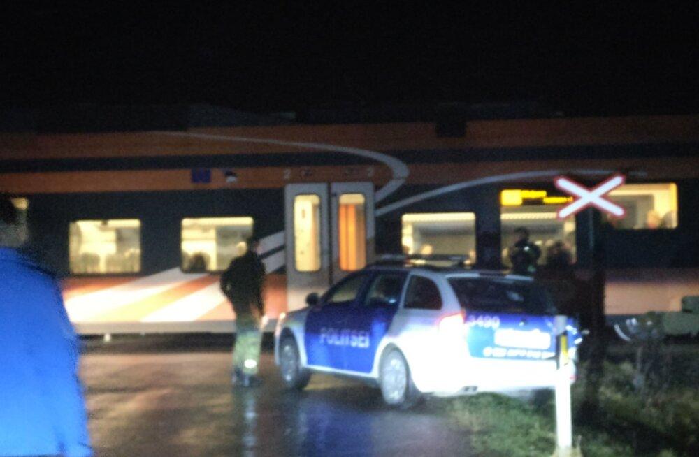 FOTO | Raudteeülesõidul sai politseiauto rongilt löögi
