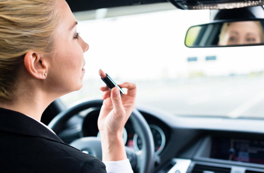 Пристрастие к яркому макияжу может стоить женщине карьеры, утверждают ученые