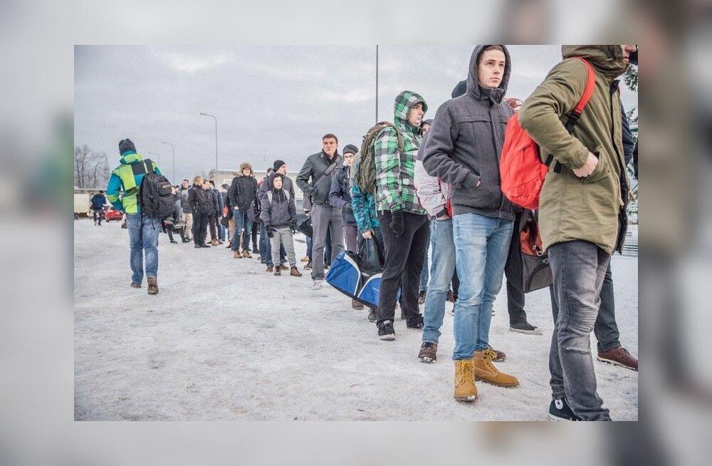 Ühepäevase etteteatamisega välkõppekogunemisele saabunud reservväelased said kätte vormiriided, varustuse ja teenistusrelva