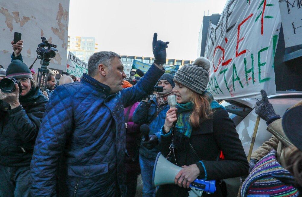 2016. aasta detsembris seisis toonane keskkonnaminister Marko Pomerants Tallinnas protestiüritusel metsakaitsjatega silm silma vastu.