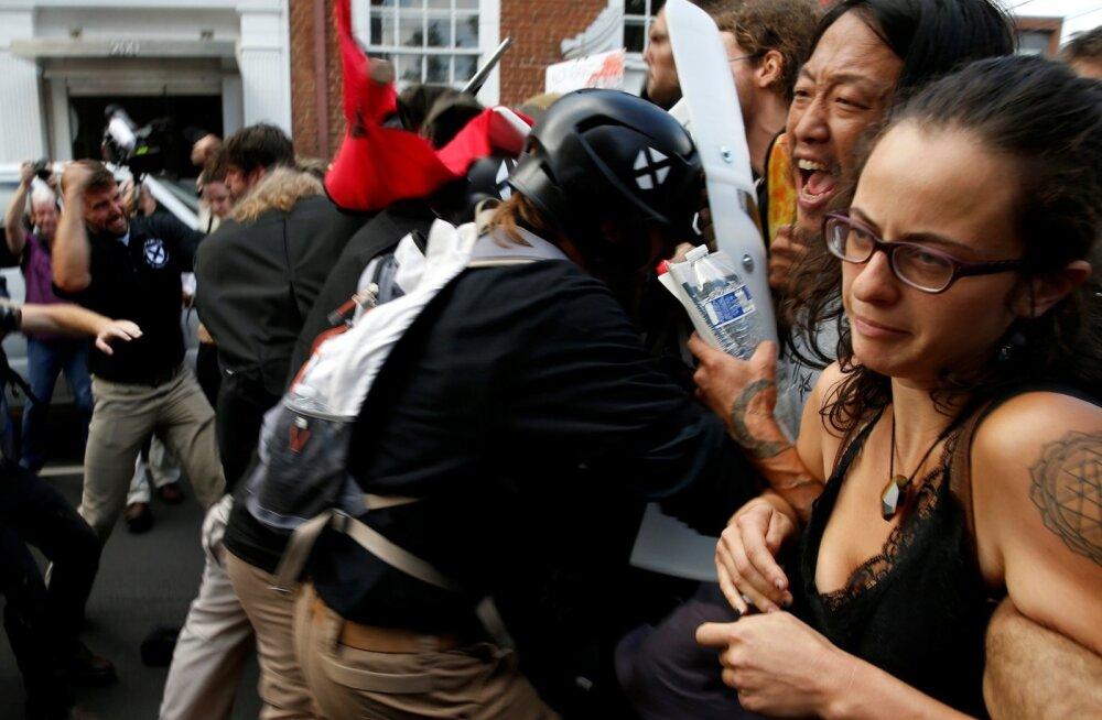 Paremäärmuslased (vasakul) ja nende vastased kaklesid laupäeva hommikul Charlottesville'is.