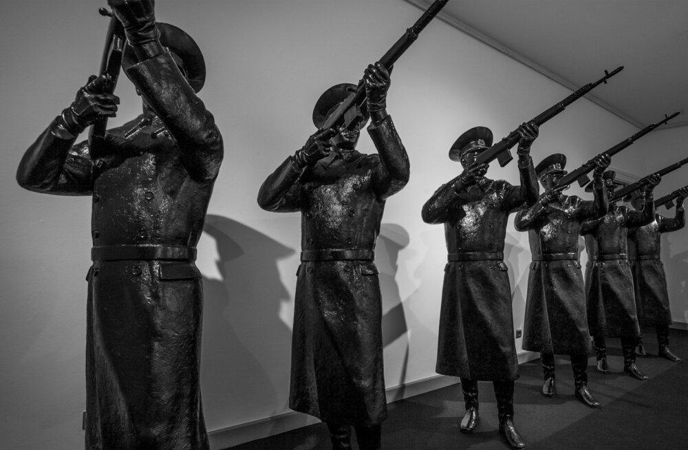 Art Allmäe skulptuurisarjas võib näha võidurelvastuva Putini Venemaa kriitikat, ent ka tumeduse poeesiat.