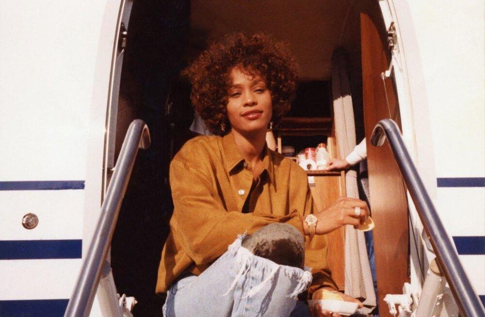 """""""Whitney"""" näitab ikoonilise laulja Whitney Houstoni saatust kujundanud hetki ja inimesi."""