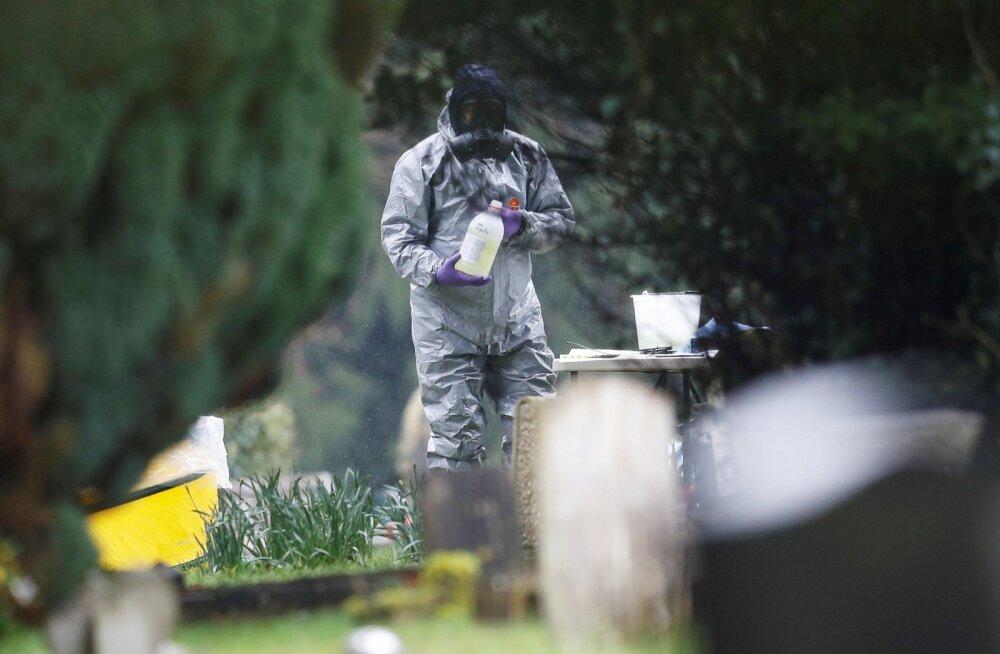 Kaitseülikonnas politseinik mürgitatud spiooni naise Ljudmila Skripali haual