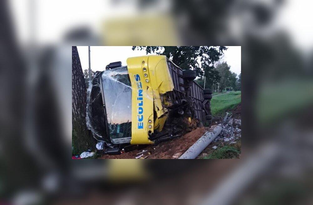 Kiievi-Tallinna bussi juht jäi roolis magama ja sõitis Valgevenes kraavi, 12 inimest käis haiglas läbivaatusel