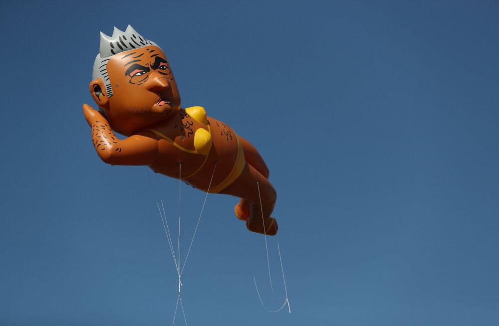 Над британской столицей запустили куклу мэра Лондона в бикини