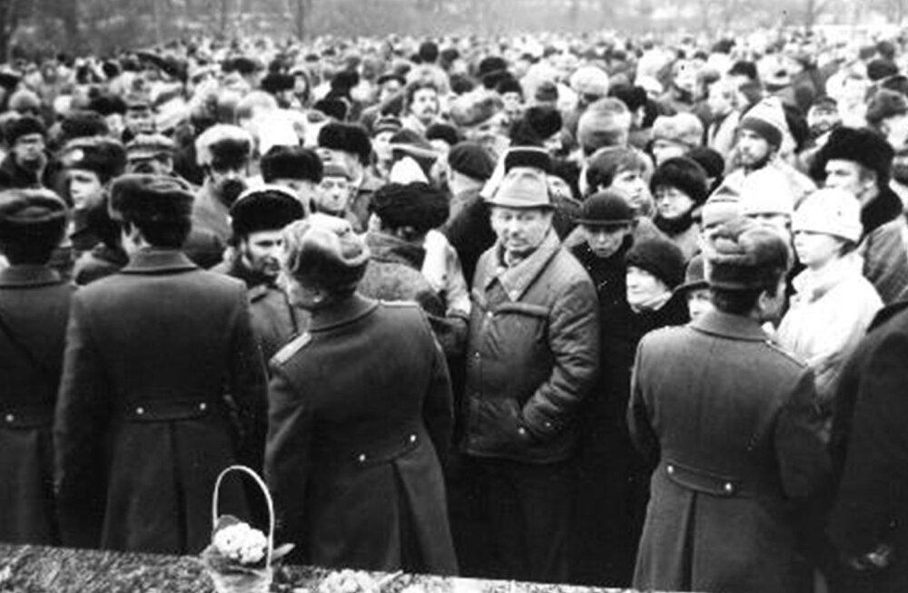 KGB jälitusosakonna fotokogust pärineval kaadril on näha Tammsaare monumendi juurde kogunev rahvamass. Esiplaanil paistavad kuju ümbritsenud miilitsad. Eesti Vabariigi 70. aastapäeva meeleavaldus on alles algusjärgus, sest on veel valge.