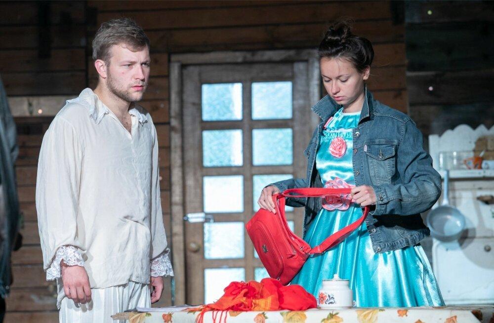 """Etenduse """"Ristumine peateega"""" peaosades on äsja lavakunstikooli lõpetanud Nils Mattias Steinberg ja Jane Napp."""