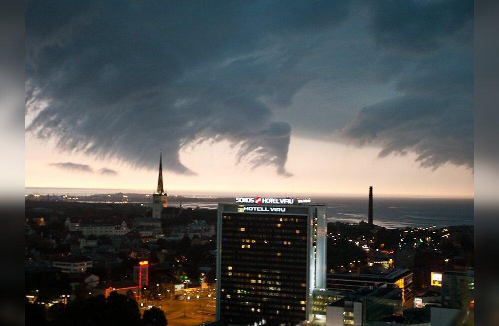 FOTOD: Torm Tallinna kohal
