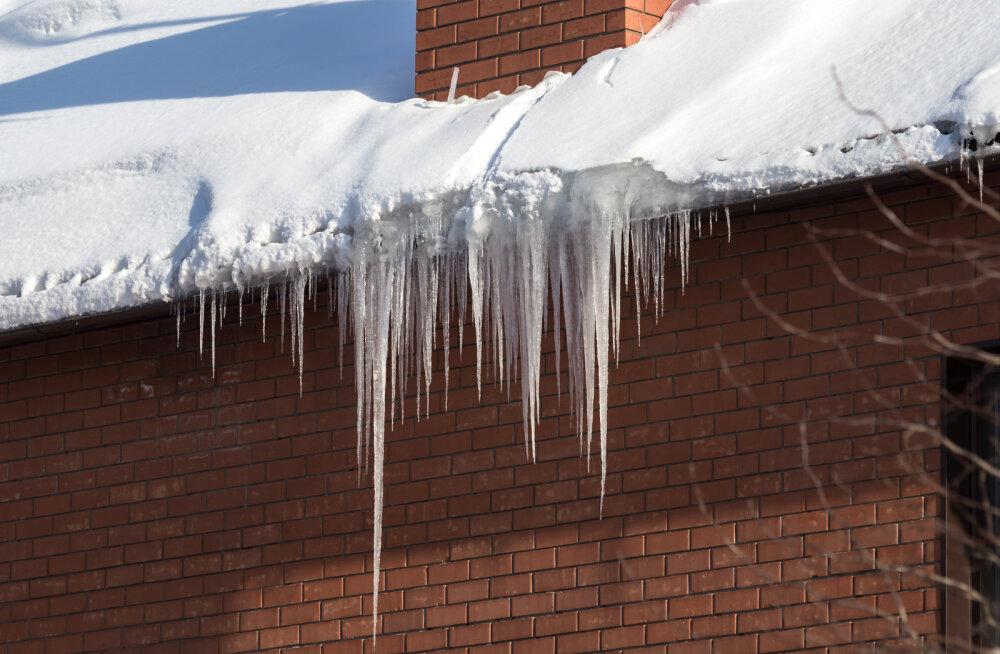 Katuselt lume ja jää koristamata jätmine võib majaomanikule tuua kopsaka trahvi