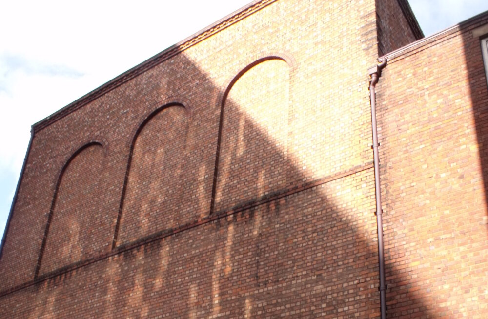 Загадка: Почему в Англии в зданиях окна заложены кирпичом