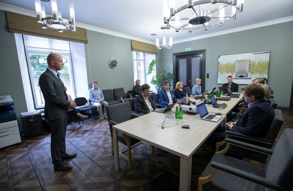 RIA peadirektor Taimar Peterkop (vasakul) selgitas ID-kaardi potentsiaalset turvariski vabariigi valimiskomisjonile vahetult pärast probleemi avalikuks tulekut. Valimiskomisjon otsustas e-valimisi jätkata.