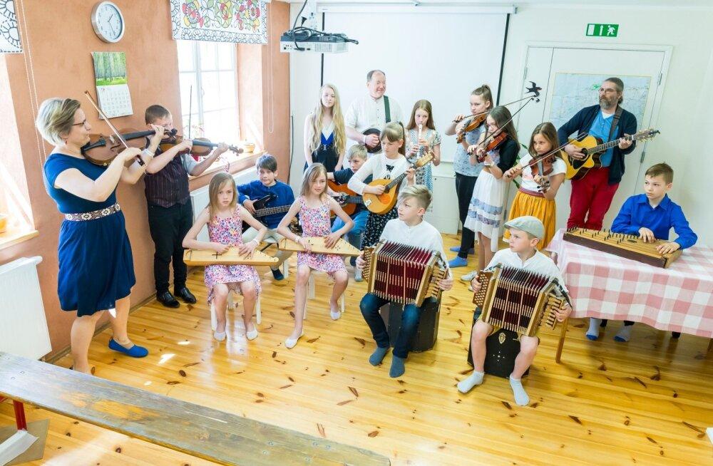 Rahvamuusikakoolis õpitakse pillimäng selgeks selleks, et koos mängimisest rõõmu tunda.