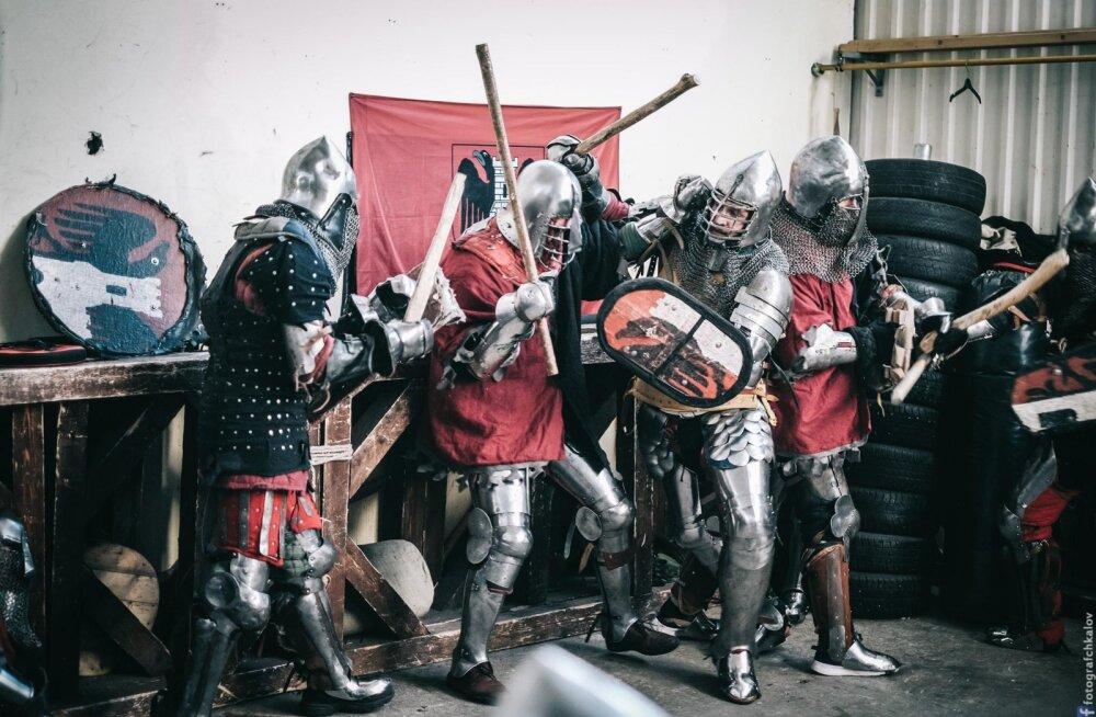 ФОТО И ВИДЕО: Романтика средневековья в таллиннской промзоне, или Как рыцари побили палками журналиста Delfi