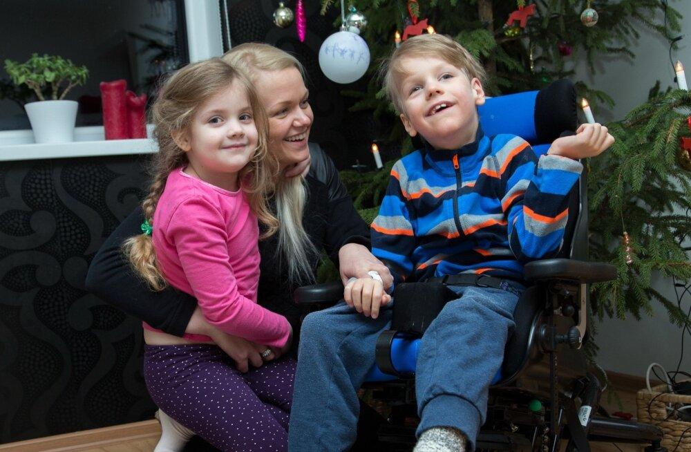 Liis Niinemetsa poeg vajab igapäevaseks eluks mitut abivahendit. Senise 50 euro asemel küsiti nende eest jaanuaris 250 eurot.