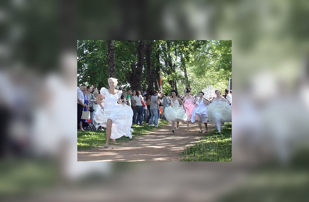 ФОТО: В Нарве по городу шествовали десятки девушек в свадебных платьях