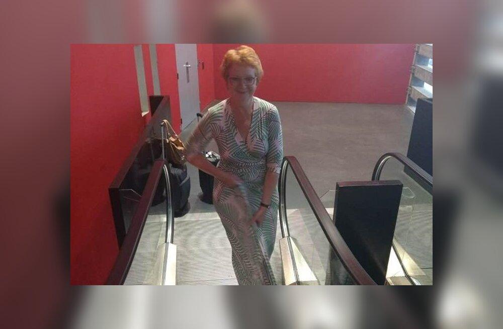 ФОТО: И такое бывает! Подол платья Яны Тоом застрял в эскалаторе