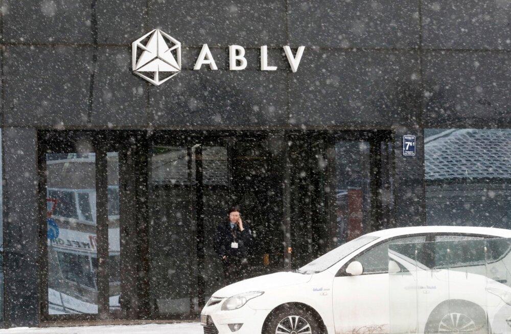 Turvamees möödunud kuu keskel Läti panga ABLV Riia peakontori ees