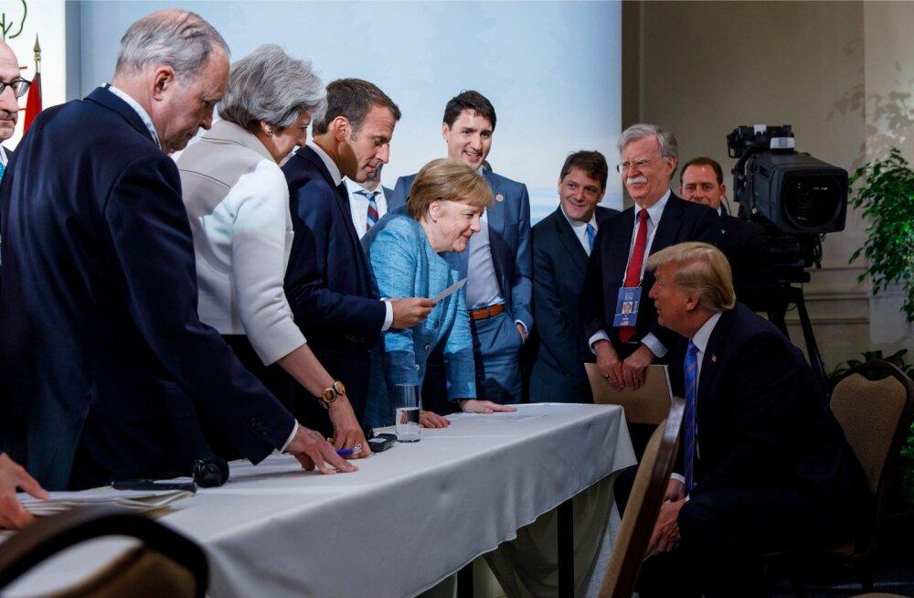 G7 kohtumise samast stseenist on rohkem levinud tõsisem kaader, kuid sel pildil on Prantsuse riigipea Emmanuel Macroni kõrval naeratav Saksa liidukantsler Angela Merkel (helesinises) tema taga Kanada peaminister Justin Trudeau ja kõige parempoolsena USA p