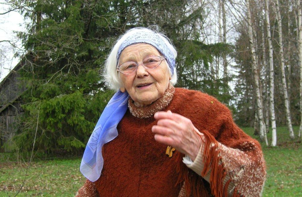 Helju Mikkel (13. märts 1925 – 5. oktoober 2017) oma kodutalus, rahvatantsijate pühapaigas Haldjal.