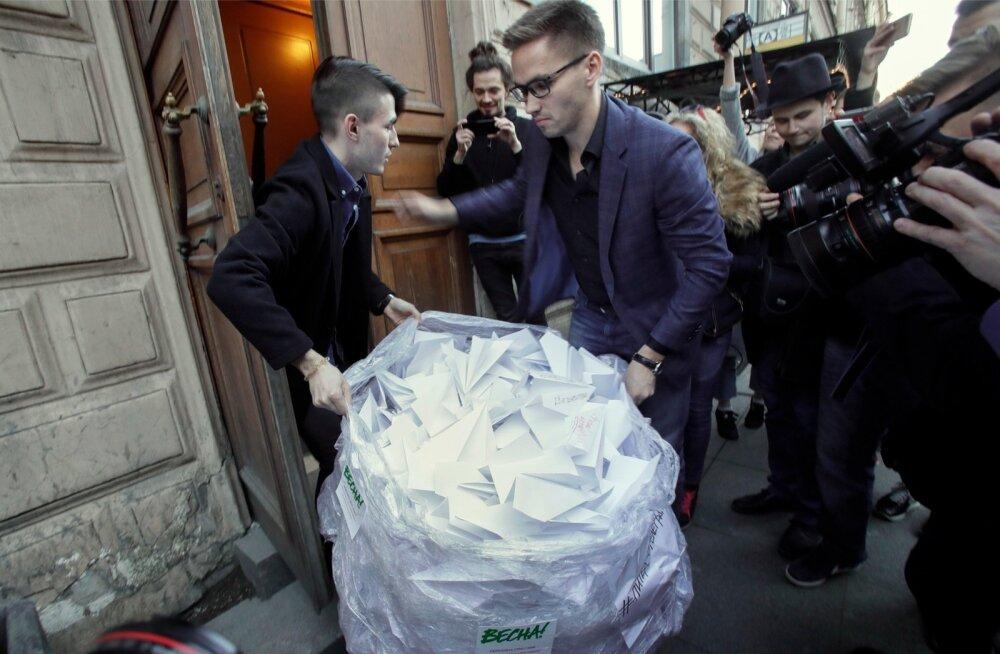 Aktivistid tõid pärast Telegrami sulgemise teadet Roskomnadzori Peterburi ameti ukse taha kotitäie paberlennukeid, sest äpi logo kujutab paberlennukit.