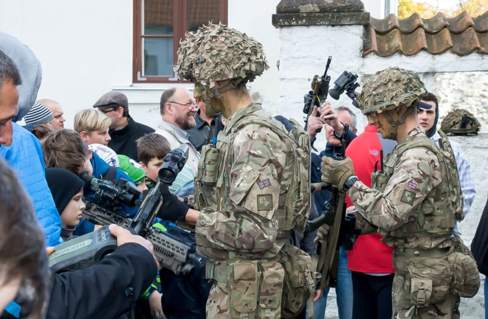 Ehkki Eestis viibivad Briti sõdurid, usuvad Vene telekanalite vaatajad, et NATO on Eesti suurim vaenlane ja Euroopa Liit maailma rahu rikkuja. Fotol tutvustavad Briti sõdurid Saaremaal lahingutehnikat.