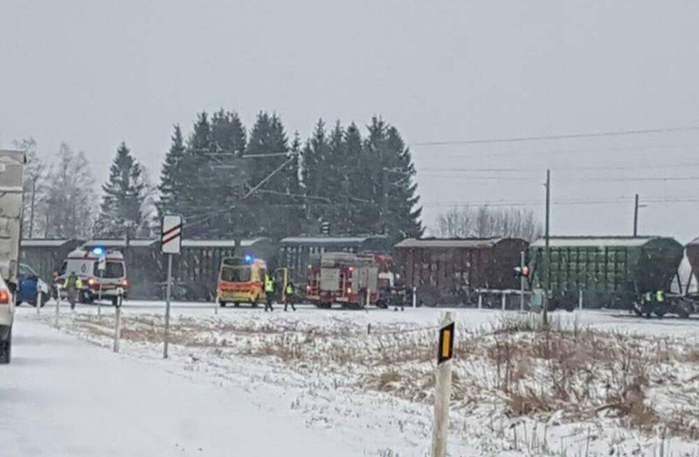 Kulli raudteeülesõidul sõitis kaubarong otsa ülesõidule kinni jäänud autole.