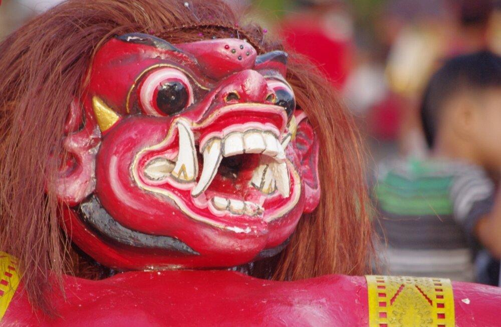 Nyepi'le eelnev päev on tawur kesanga. See on suur pidu, mis tekitab kõrvalseisjas tunde, et ta on sattunud paari sajandi tagusesse maailma, kus tuhanded inimesed ajavad korraga kurje vaime välja.