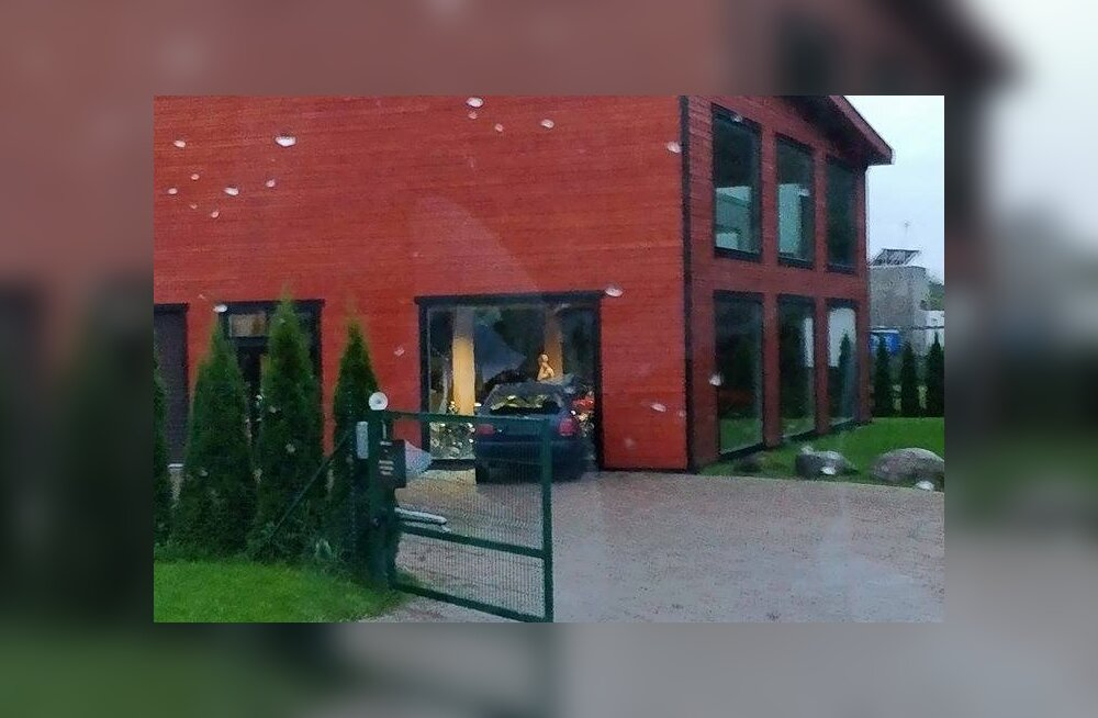 ФОТО: Под Таллинном автомобиль без знаков въехал через окно в дом известного мотофаната
