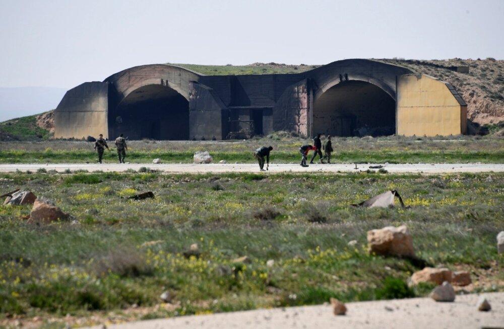 Kuna ameeriklased hoiatasid rünnakust ette, oli suurem osa lennuväebaasist plahvatuste ajaks evakueeritud. Pildil koristavad Süüria sõjaväelased purustatud baasi.