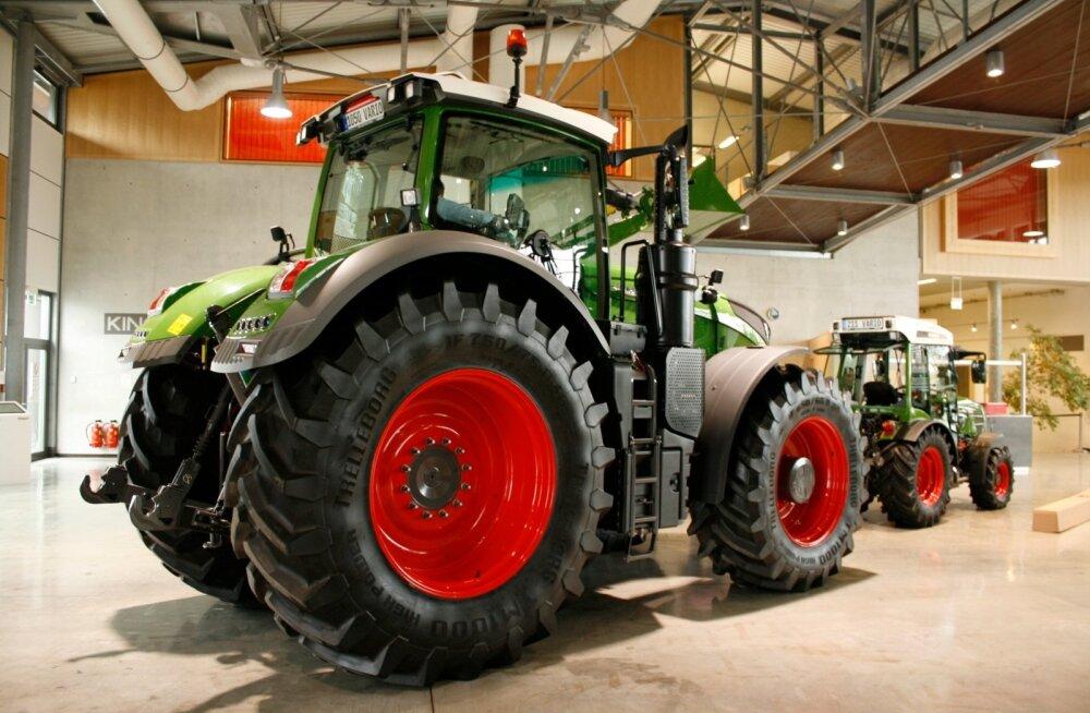 Äärmused kõrvuti – Fendt 1050 ja 200. seeria traktor Marktoberdorfi tootenäidiste saalis.