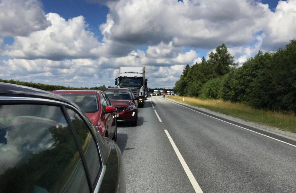 Teeremont takistab Tartu maanteel Annal liiklust