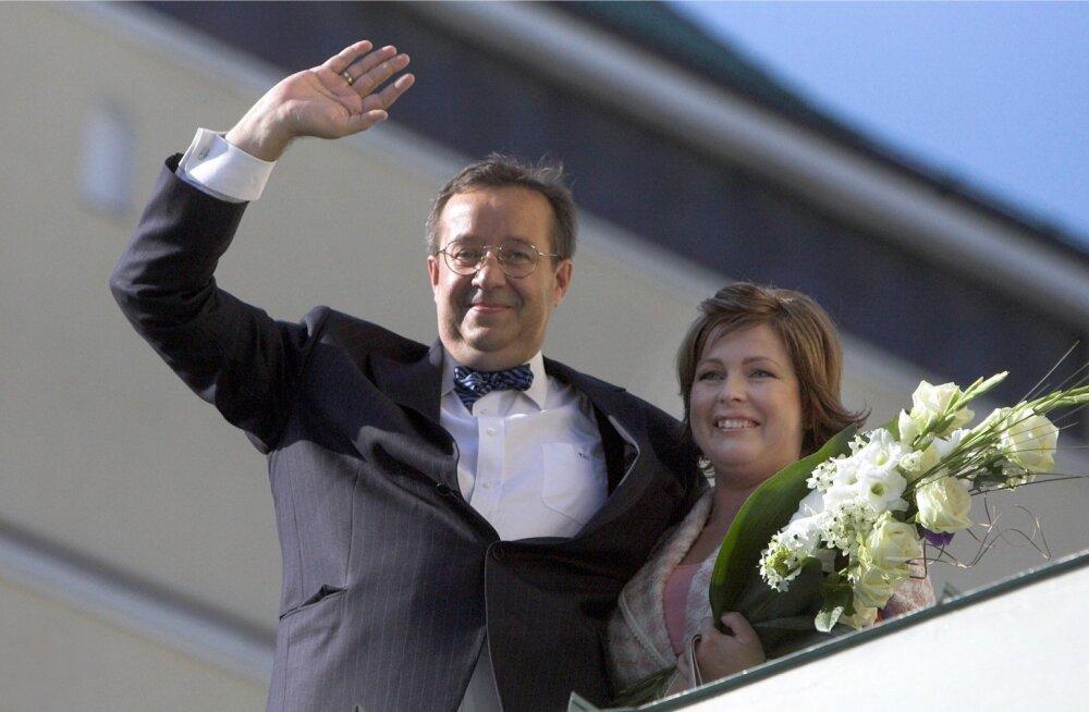 Eesti uus esipaar Toomas Hendrik ja Evelin Ilves lehvitamas Estonia kontserdisaali katuselt. Ilves on just valijameeste kogus uueks Eesti presidendiks valitud.