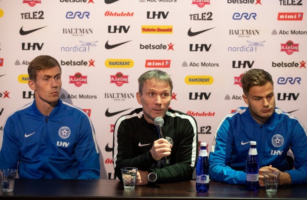 Eesti jalgpallikoondise peatreener Martin Reim (keskel) avaldas koos väravavaht Mihkel Aksalu (vasakul) ja Rauno Sappineniga lootust, et nädalaga saavad mõned probleemid lahendatud.