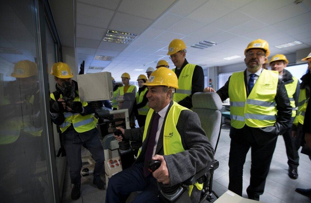 Malta keskkonnaminister José Herrera katsetab prügihaaratsite operaatori istekohta. Kuna jaam pidi rikke tõttu korraks seiskuma, segavad haaratsid prügi automaatrežiimil.