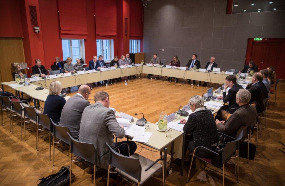 PEAVAD ARUSAAMATUID ISTUNGEID: Lisaks protokollitud koosolekutele peavad majanduskomisjoni liikmed ka varjatud istungeid.