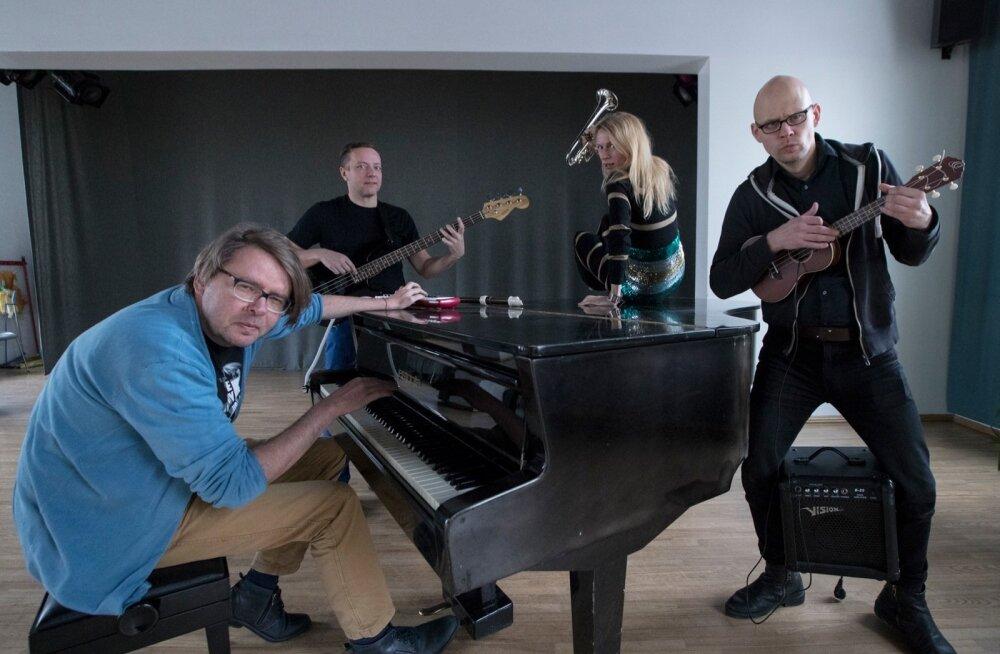 """""""Stiiliharjutuste"""" osalised ei moodusta bändi ainult metafoorses mõttes, vaid kohati üsnagi otseses. Lavale astuvad Jan Kaus, Indrek Koff, Eva Koldits ja Toomas Täht."""