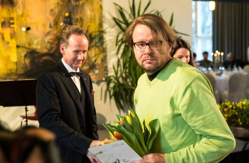Kultuurkapitali kirjanduse sihtkapitali aastapreemiate üleandmine märtsis. Pildil produktiivne kirjanikupalga saaja Jan Kaus ja kirjanike liidu esimees Tiit Aleksejev.