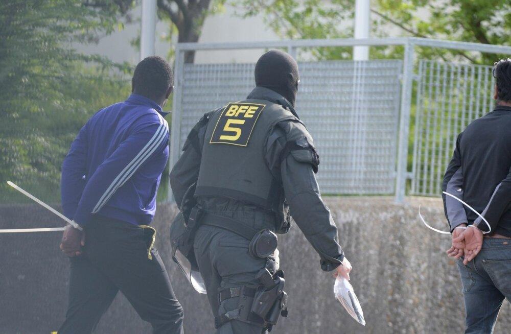 FOTOD | Saksa politsei käis suurte jõududega mässulises pagulaskeskuses korda majja löömas