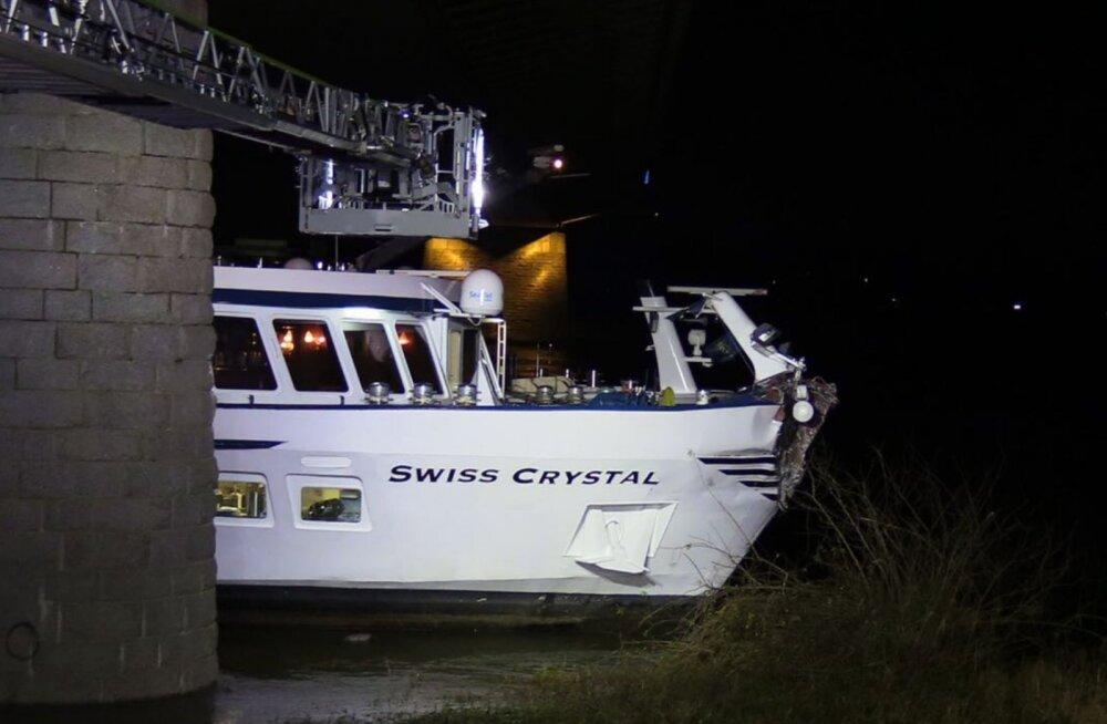 Saksamaal Reini jõel rammis lõbusõidulaev sillaposti, 27 inimest sai vigastada