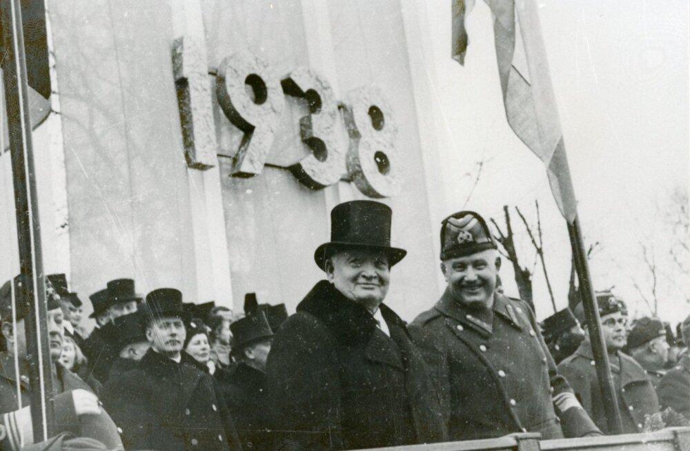 HÄÄLETU ALISTUMISE EELÕHTUL: Riigihoidja Konstantin Päts ja sõjavägede ülemjuhataja Johan Laidoner 24. veebruaril 1938 paraadi vastu võtmas.